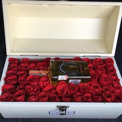 Cofre blanco con 50 rosas & botella herradura amor