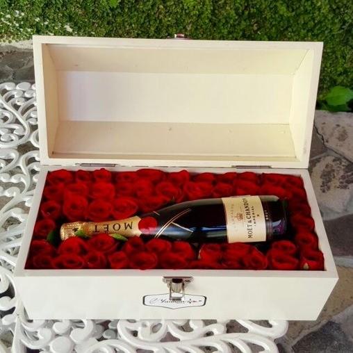 Cofre blanco con 50 rosas & botella moët amor