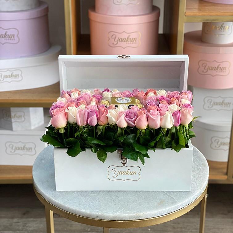 Cofre blanco con 60 rosas altas colores & ferrero