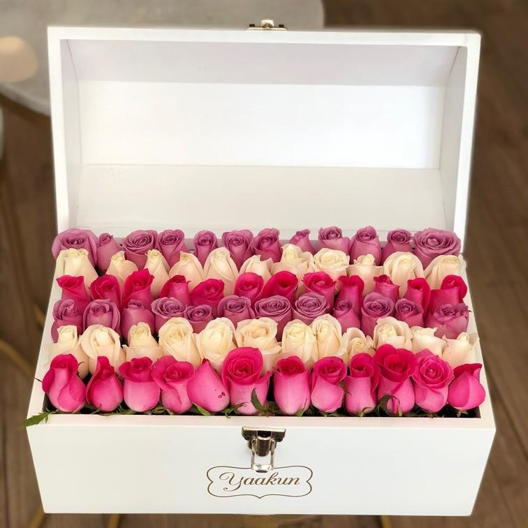 Cofre blanco con 70 rosas botón te quiero mucho