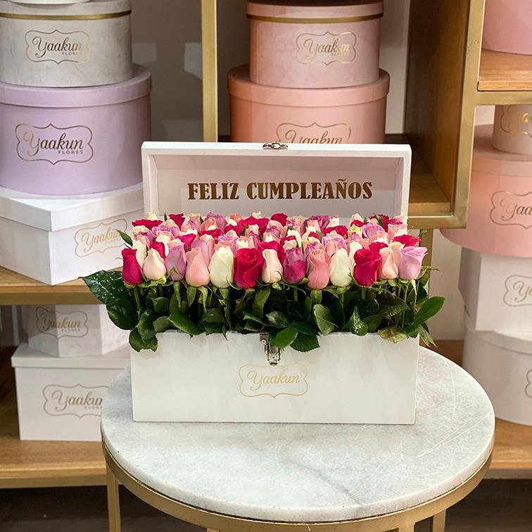 Cofre blanco con 70 rosas colores jardín