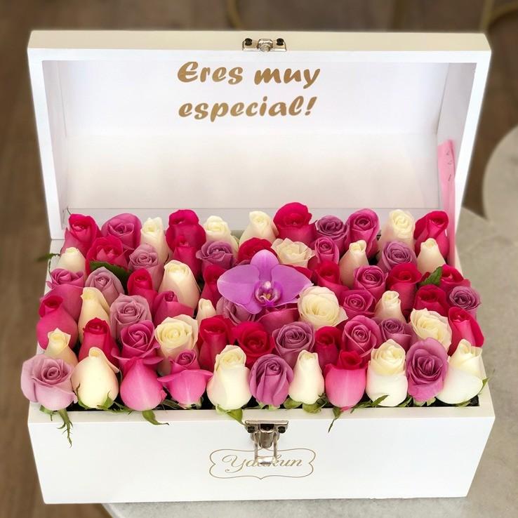 Cofre blanco con 70 rosas & orquídea