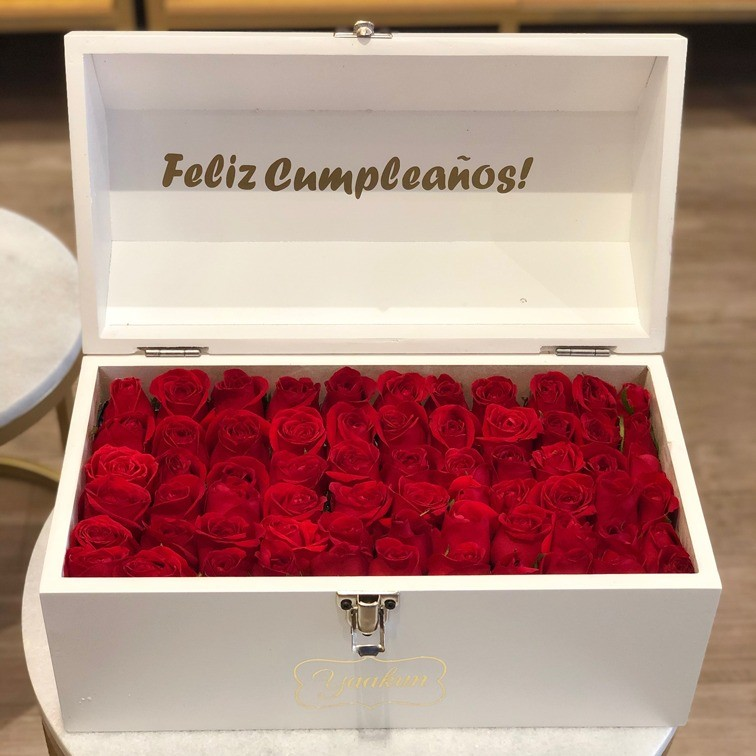 Cofre blanco con 70 rosas ras amor