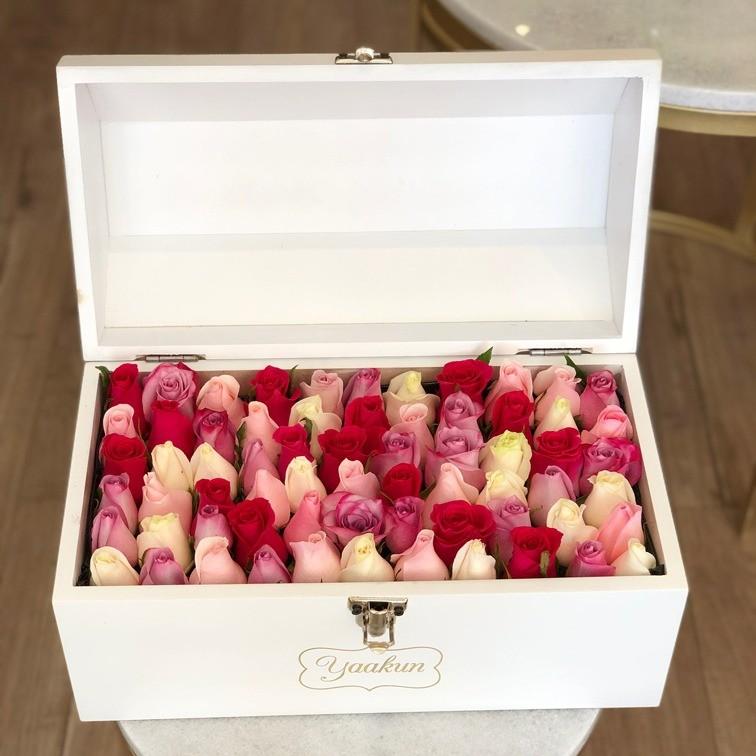 Cofre blanco con 70 rosas ras colores