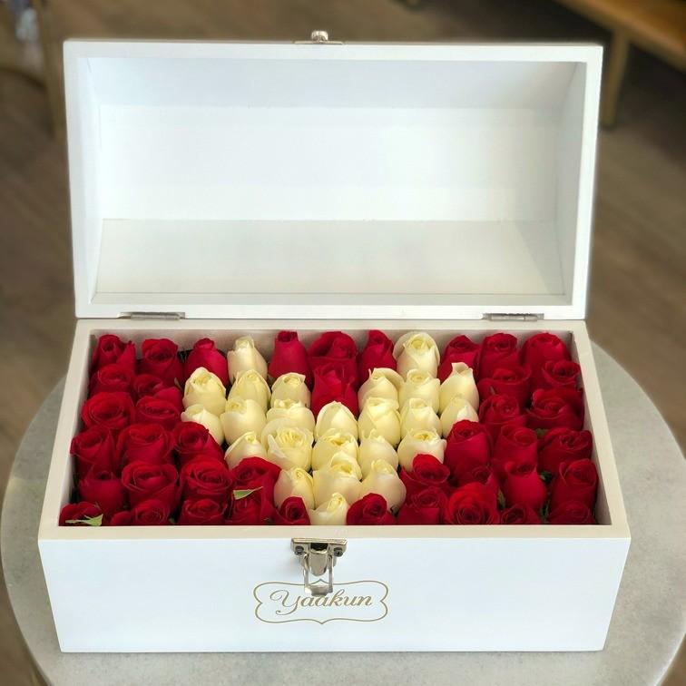 Cofre blanco con 70 rosas ras mi corazón blanco