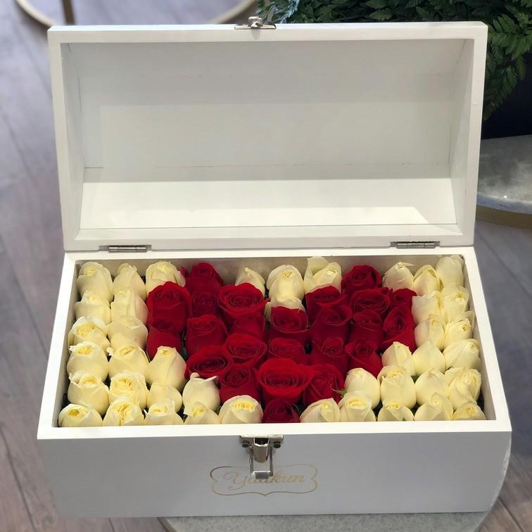 Cofre blanco con 70 rosas ras mi corazón rojo