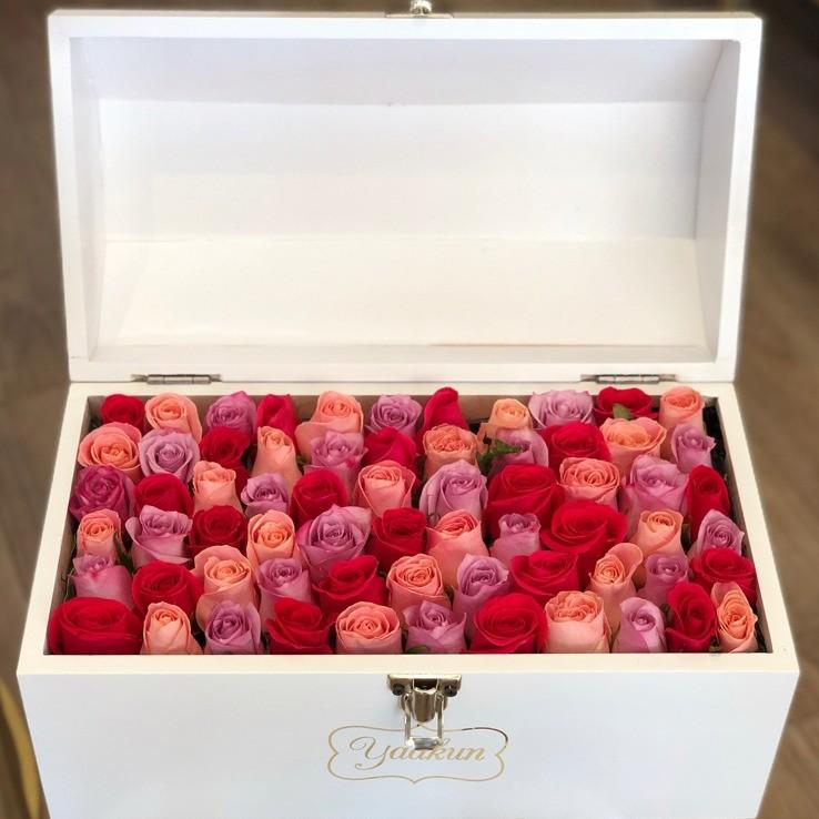 Cofre blanco con 70 rosas ras tonos rosas