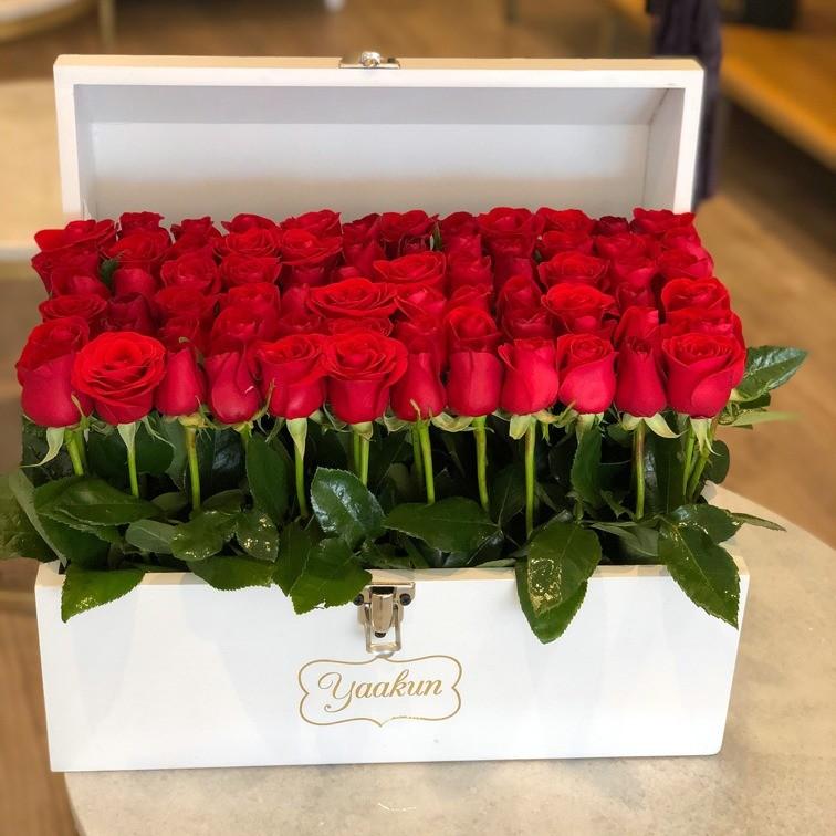 Cofre blanco con 70 rosas red garden