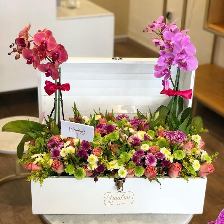 Cofre blanco grande flores primaverales y orquídeas