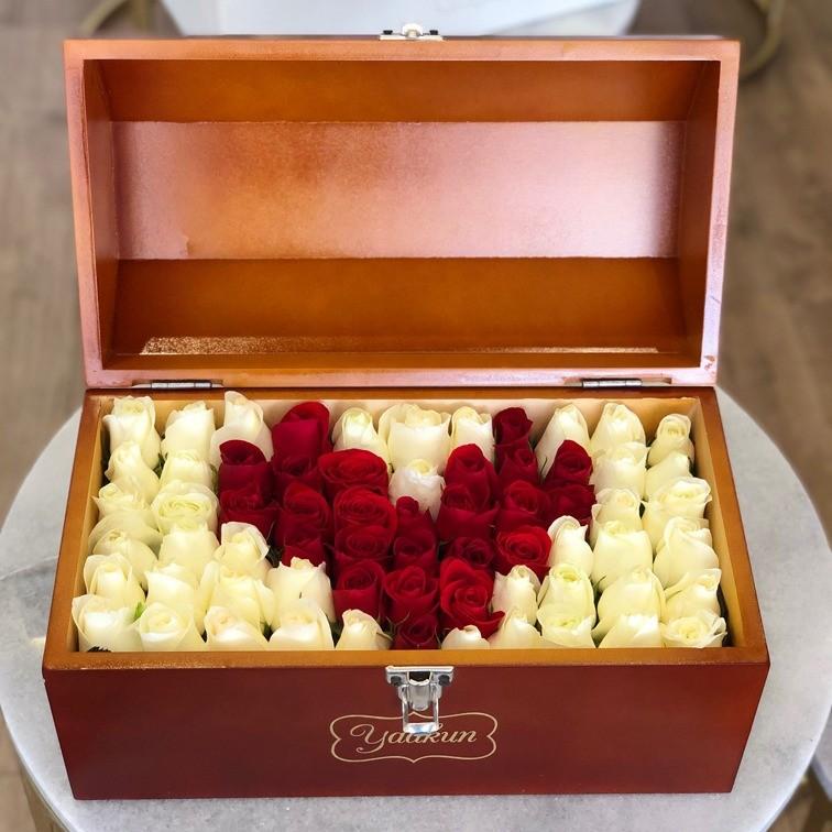 Cofre caoba con 70 rosas ras mi corazón rojo