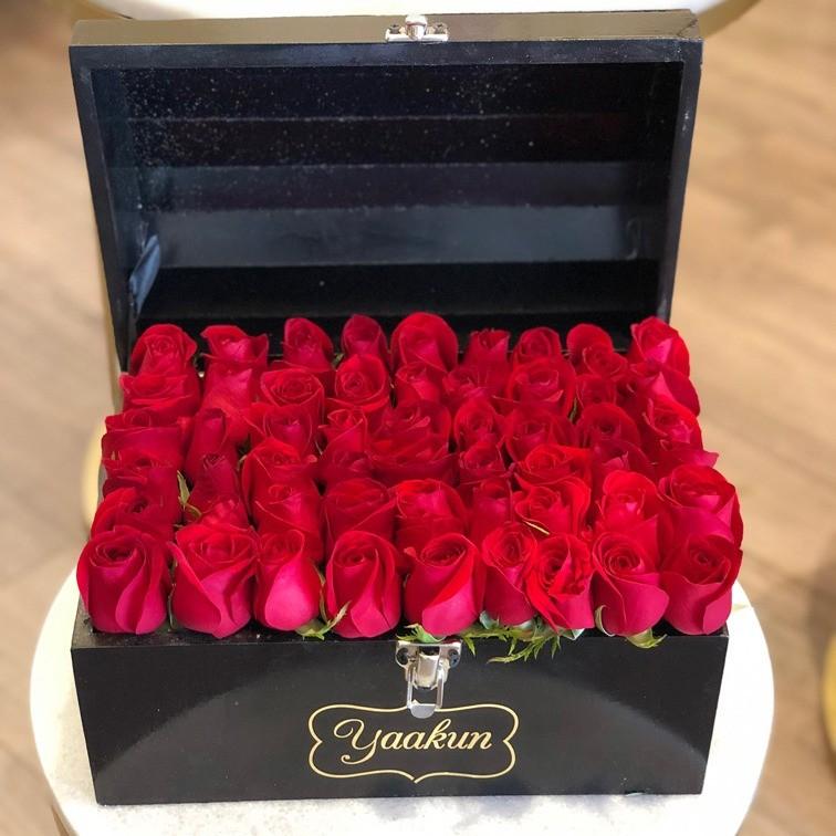 Cofre con 40 rosas botón amor