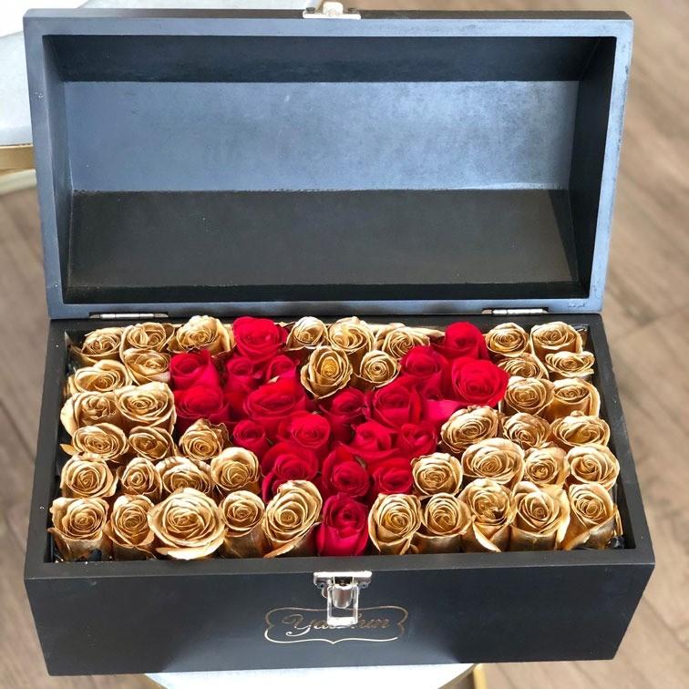 Cofre con 70 rosas love & gold