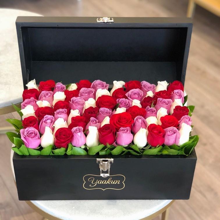 Cofre con 70 rosas rojo, lilas & blanco