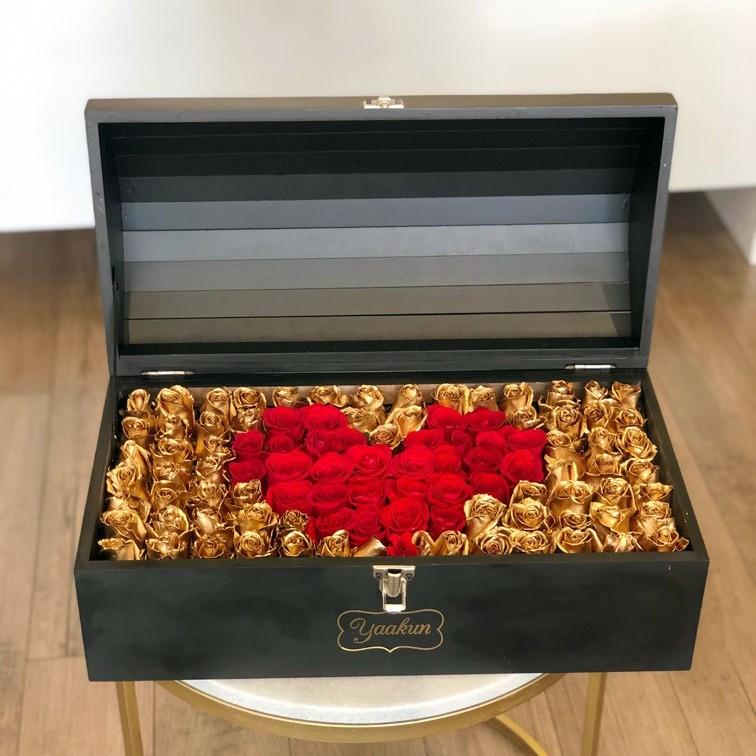Cofre negro con 130 rosas love & gold