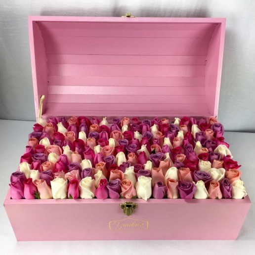 Cofre pink con 130 rosas botón colores