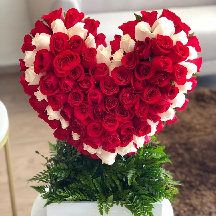 Corazón de 100rosas caja blanca corazón contorno blanco