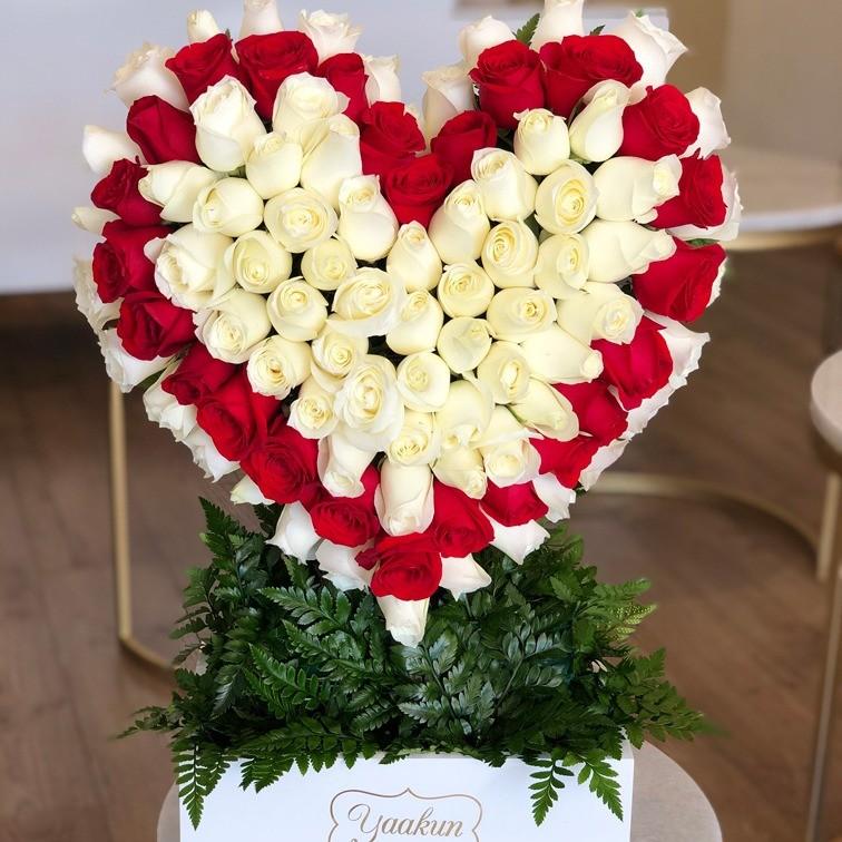 Corazón de 100 rosas caja blanca corazón contorno rojo