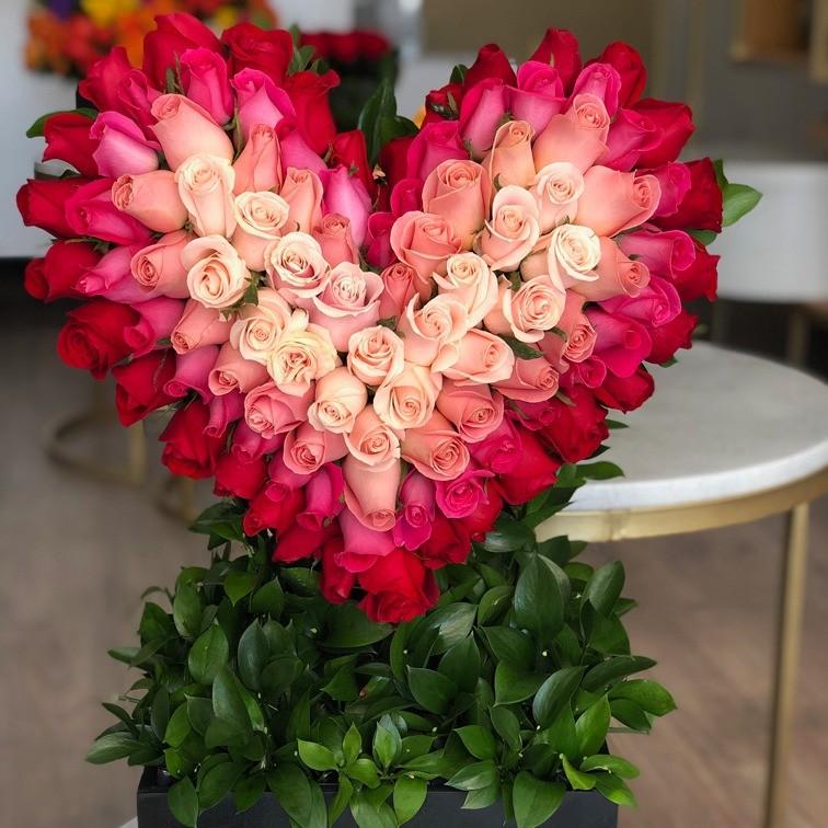 Corazón de 100 rosas en caja negra degrade