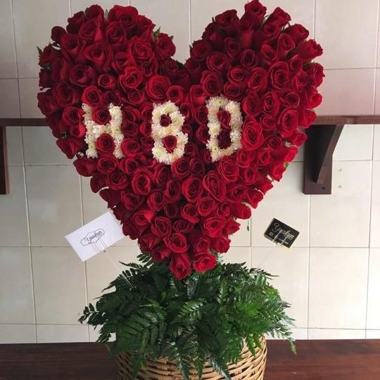 CorazÓn de 150 rosas en canasta corazÓn hbd