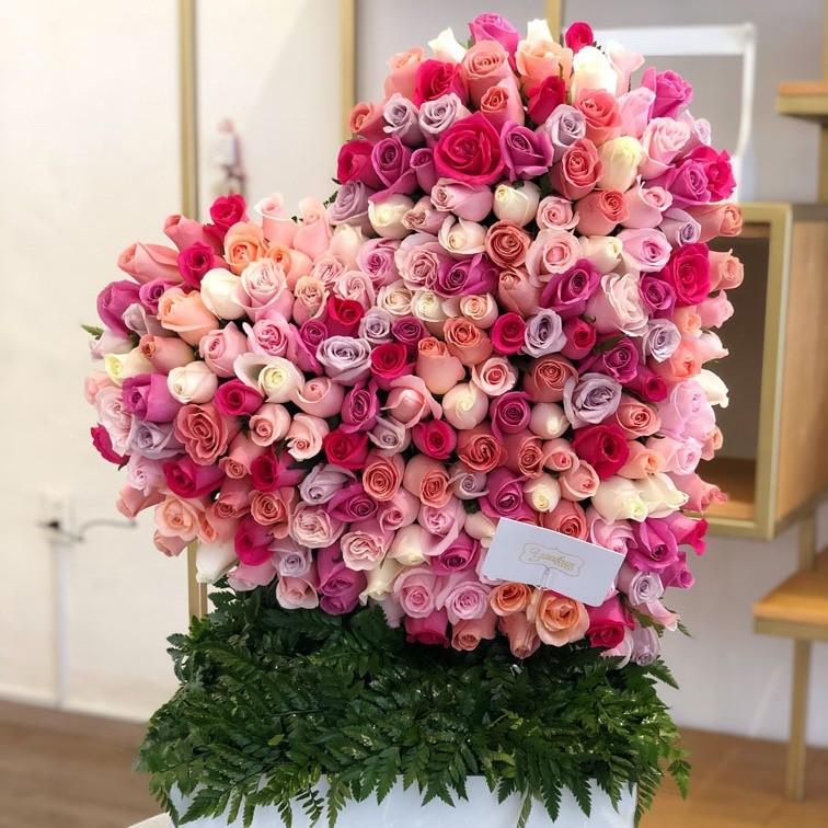 Corazón de 200 rosas en caja corazón inclinado tonos pasteles