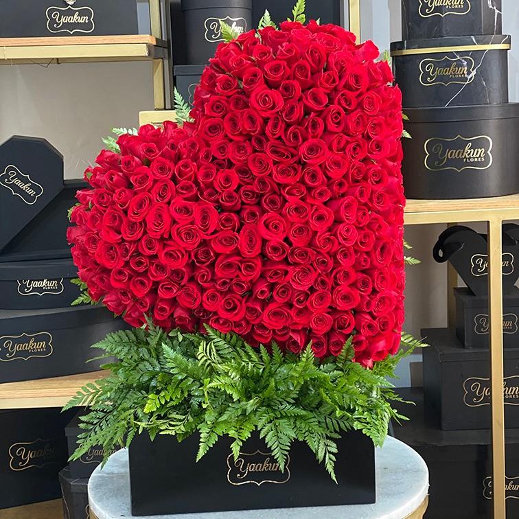 Corazón de 200 rosas en caja corazón rojo inclinado