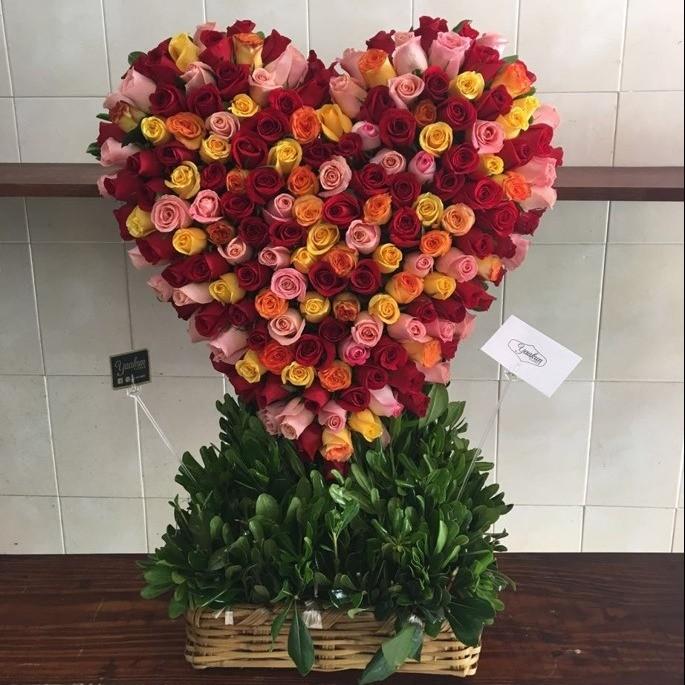 CorazÓn de 200 rosas en canasta corazÓn colores dÍa