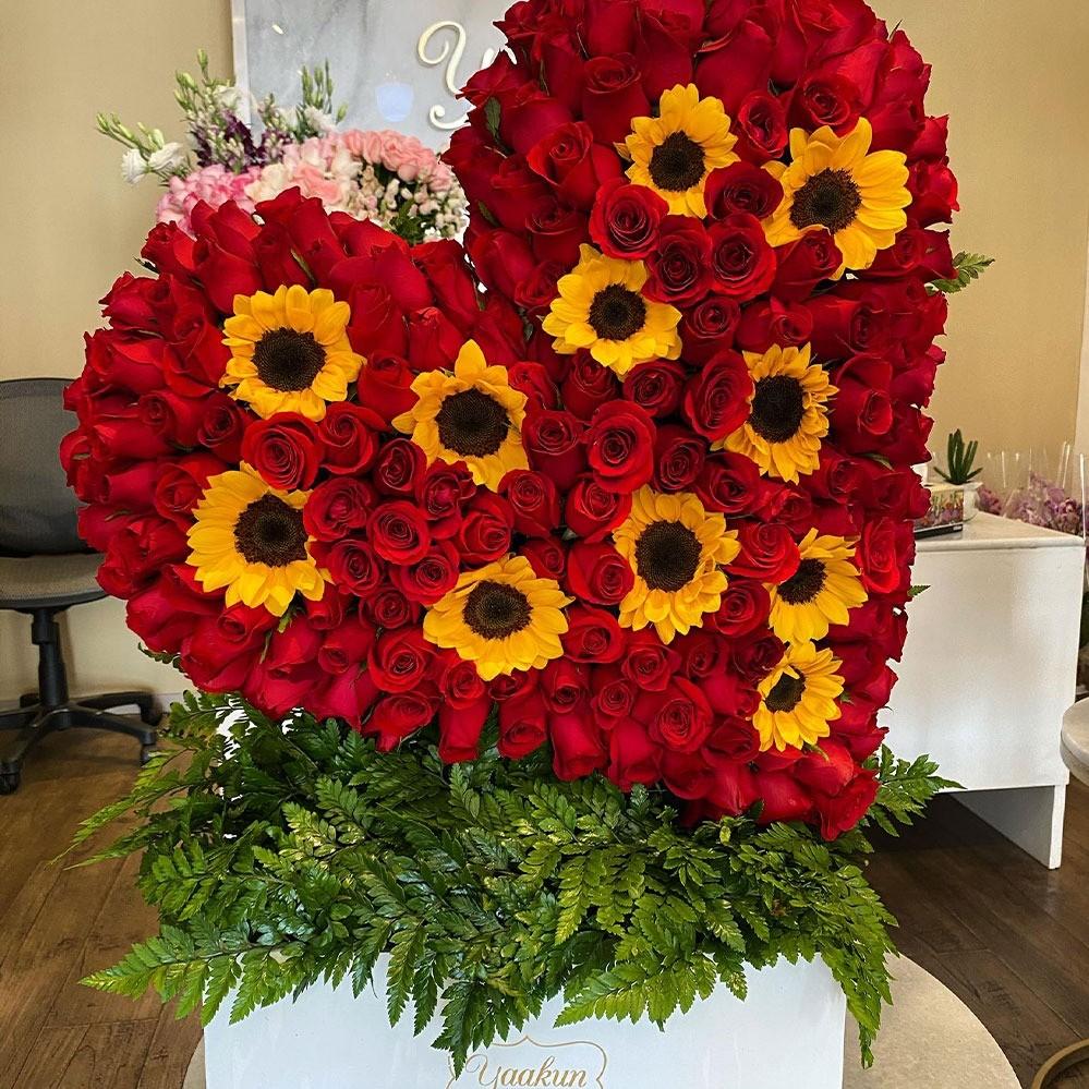 Corazón de 250 rosas & 10 girasoles