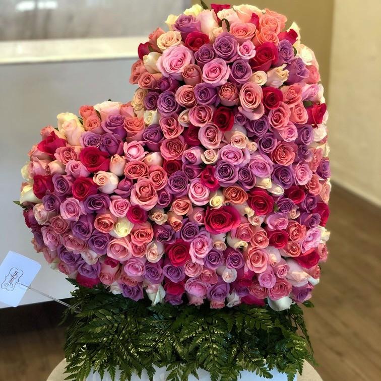 Corazón de 250 rosas en caja corazón inclinado tonos pasteles