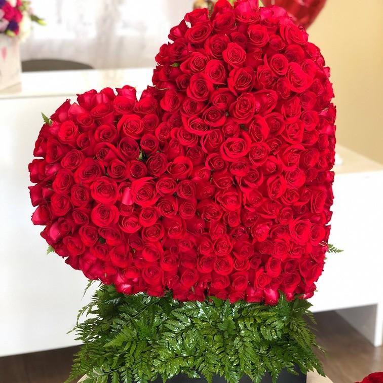 Corazón de250 rosas en caja negracorazón rojo inclinado
