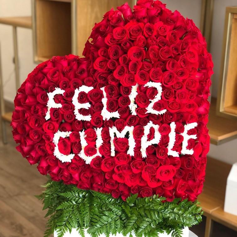 Corazón de 250 rosas en caja corazón inclinado feliz cumple