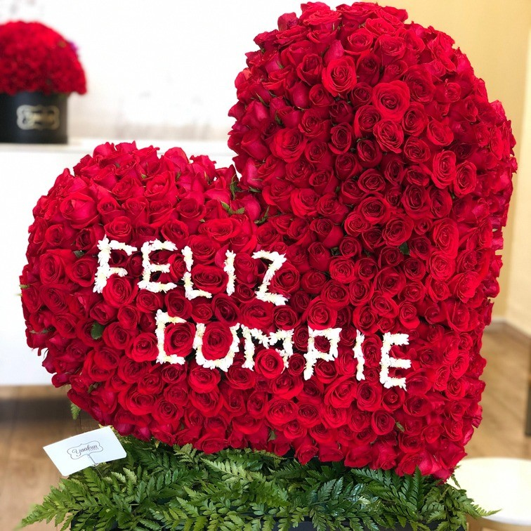 Corazón de 400 rosas corazón inclinadofelizcumple