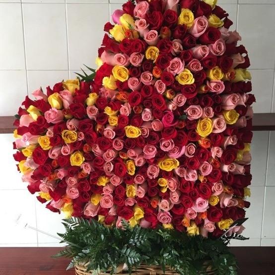 CorazÓn de 400 rosas en canasta corazÓn inclinado colores dÍa