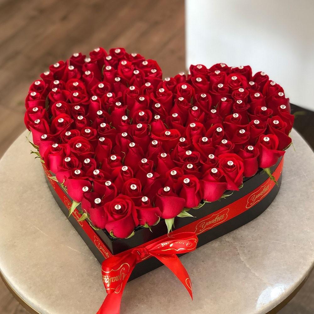 Corazón destellos de 100 rosas rojas en caja negra