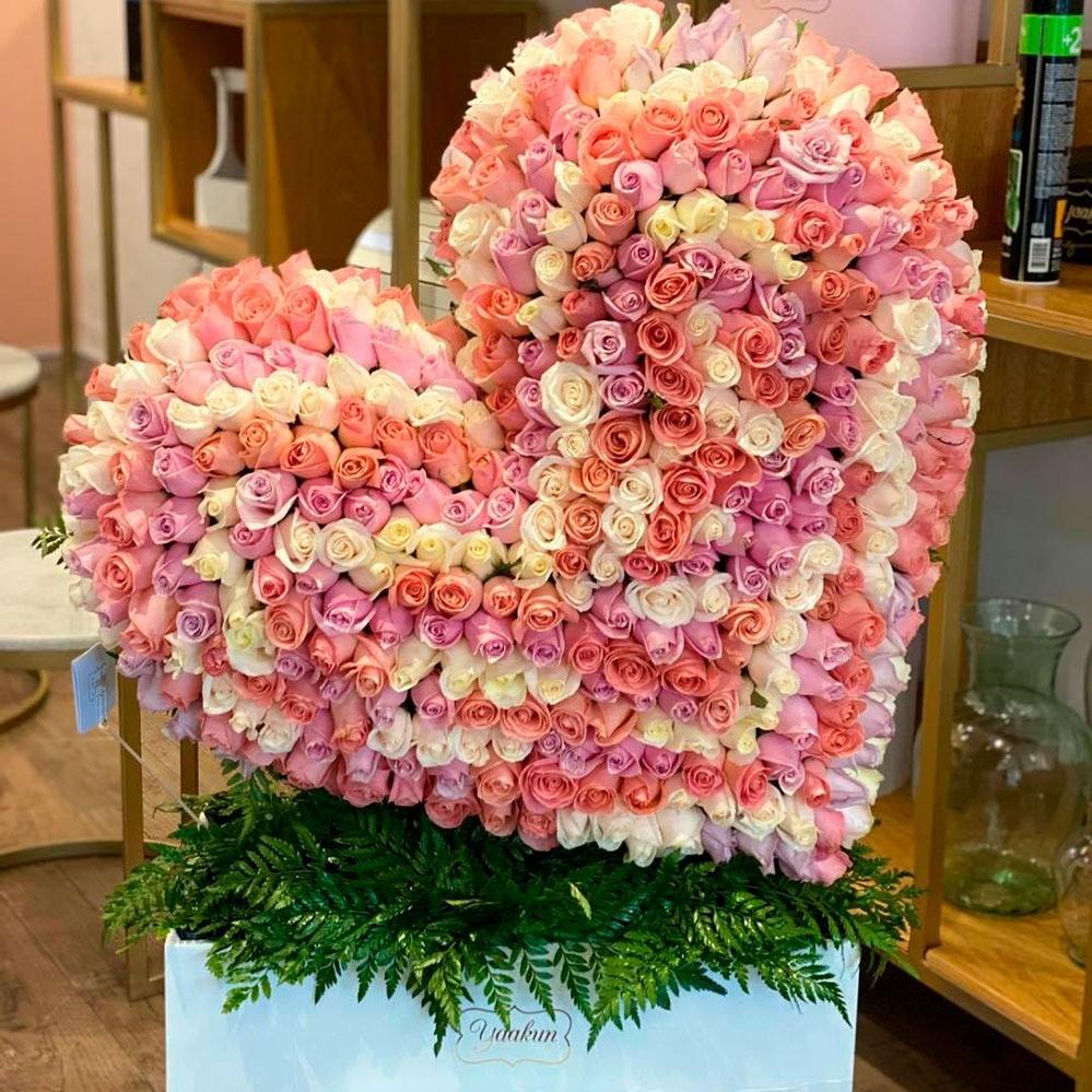 Corazón inclinado de 400 rosas tierno corazón