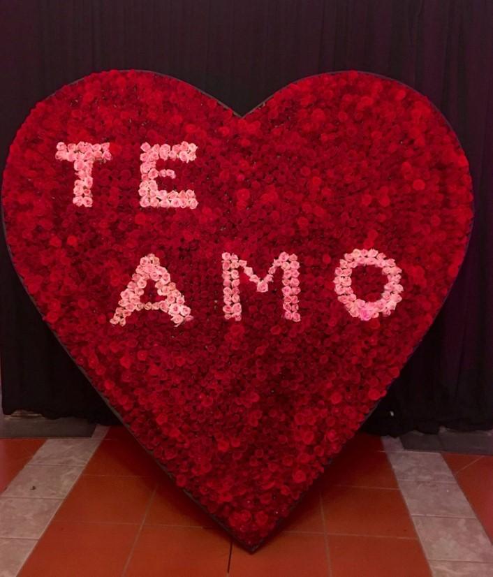 Corazón de 2500 rosas en base de madera corazón te amo