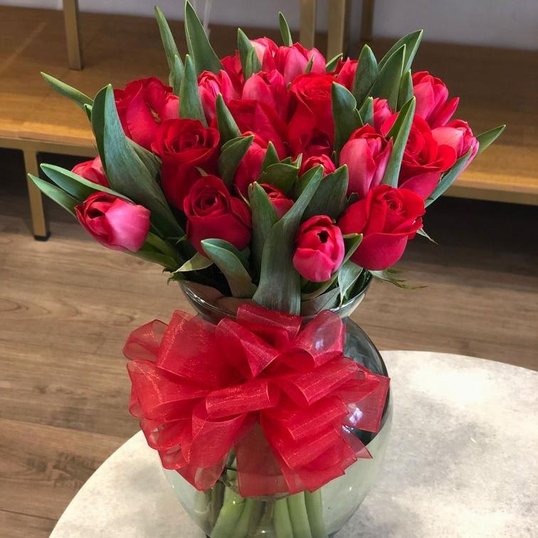 Florero con 12 rosas rojas y 20 tulipanes rojos