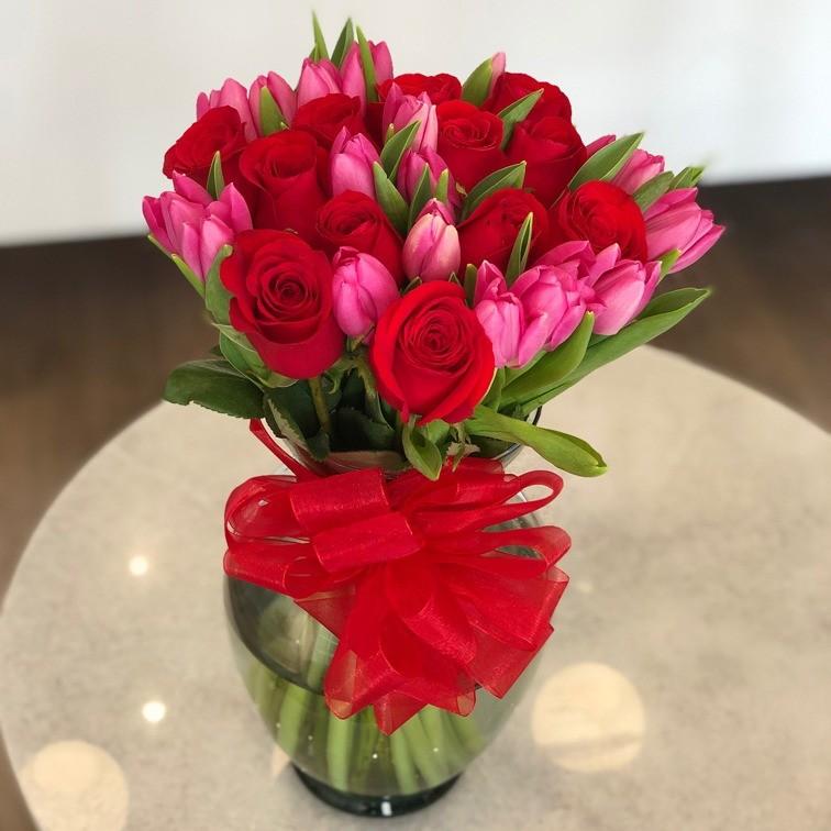 Florero con 12 rosas y 20 tulipanes