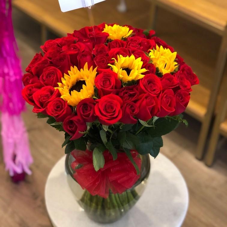 Florero con 50 rosas y 4 girasoles