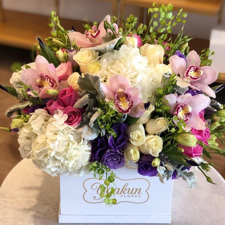 Flores finas en caja blanca yaakun finas iris &orquídea