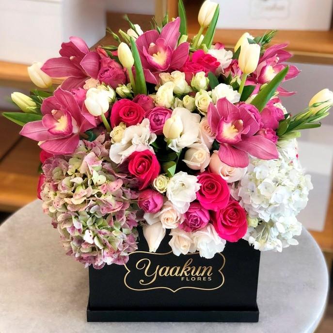 Flores finas en caja negra yaakun finas tulip & orquídeas tinta