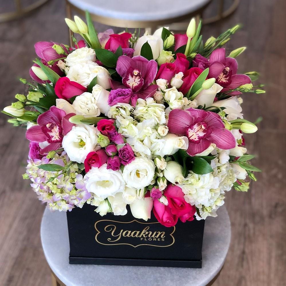Flores finas en caja negra yaakun tonoslilas & green