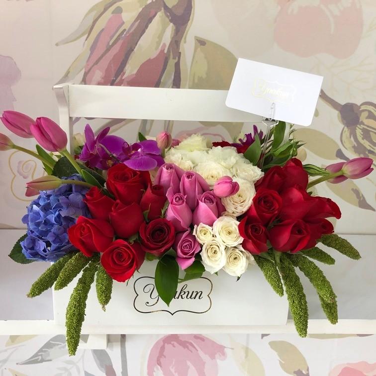 Flores finas en caja tipo canasta mini yaakun jardinera romance