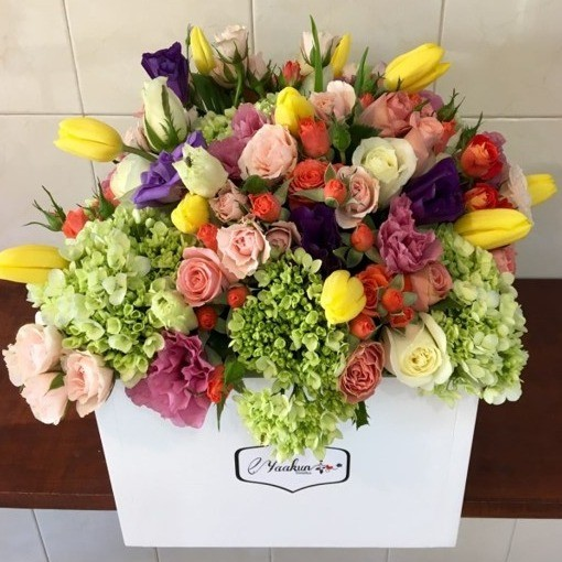 Flores & tulipanes en caja de blanca yaakun finas & tulip amarillo