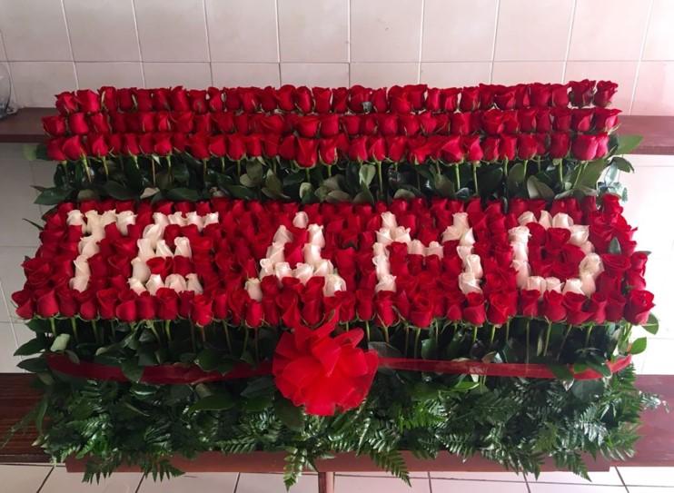 Arreglo de 300 rosas altas garden te amo