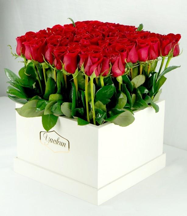 65 rosas rojas altas en caja blanca yaakun jardín