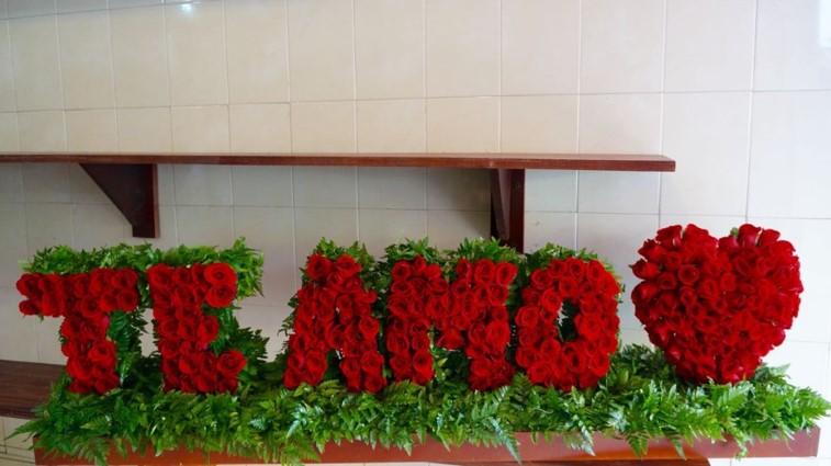 Arreglo de rosas enescultura escultura te amo
