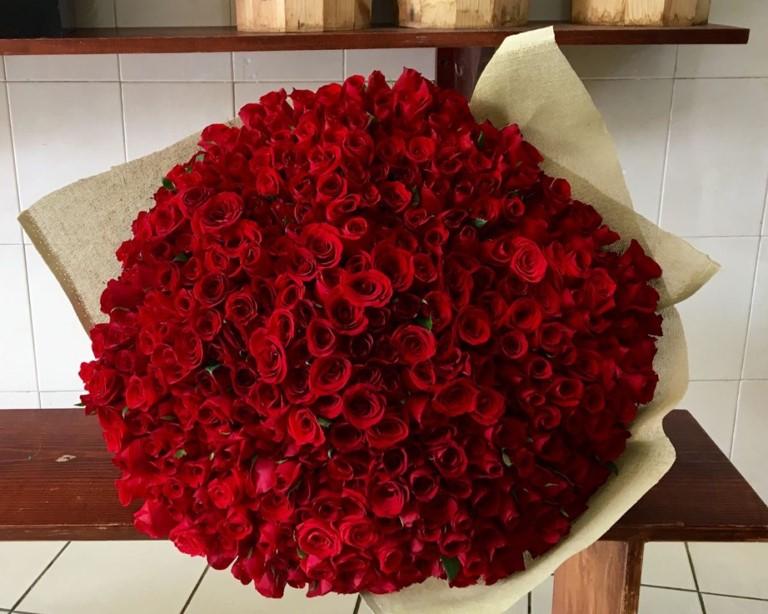 Ramo de 300 rosas amor m o yaakun flores - Ramos de flores grandes ...