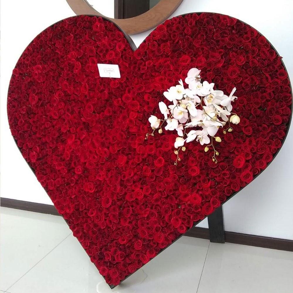 Mega corazón de 1000 rosas rojas y orquídeas
