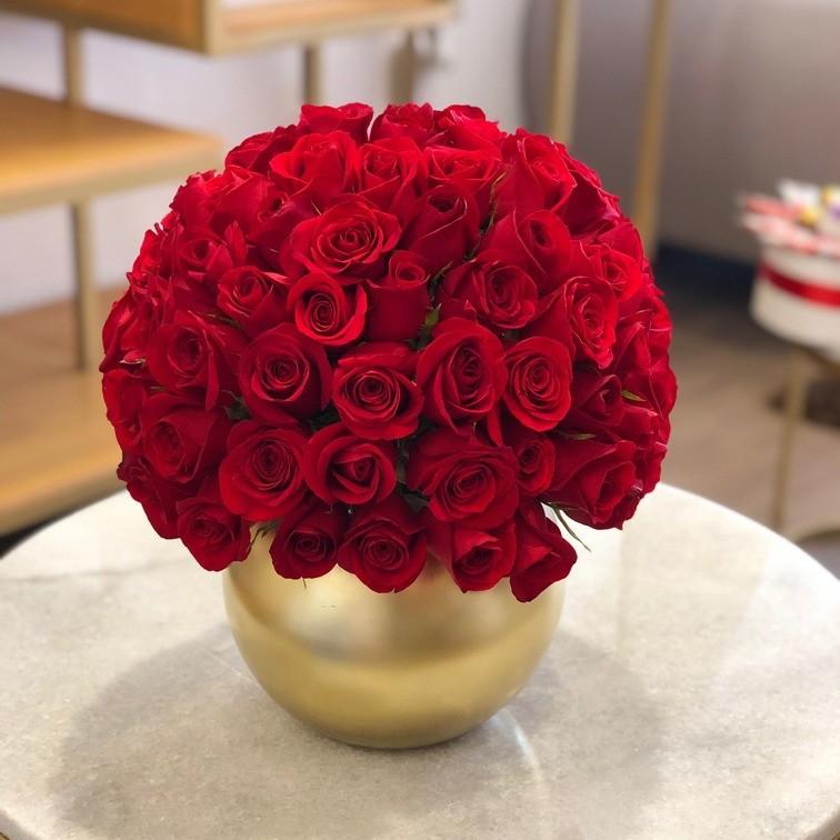 Pecera con 100 rosas esfera