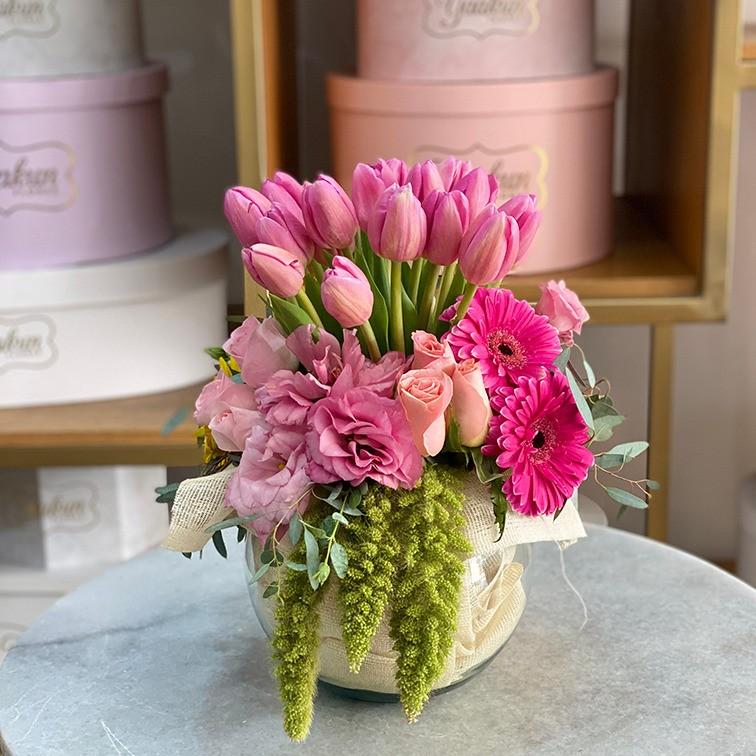Pecera con 20 tulipanes